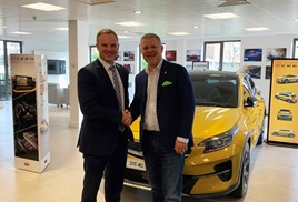 Simon Hetherington, commercial director at Kia Motors UK, with Glen Demetrioff, RAPID RTC's president and chief executive