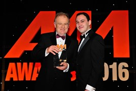 Bob O'Reilly, head of franchising and network development, Renault (left), accepts the award for Franchise of the Year from John Miele, sales director, carwow